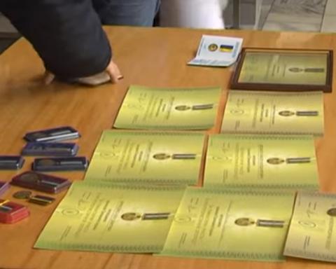 Волонтеры и добровольцы вернули Порошенко свои награды