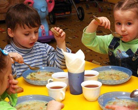Под Николаевом детей кормили едой с «палочкой» в детсаду