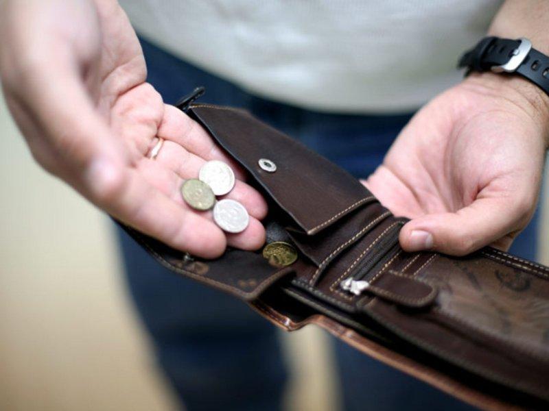 Зарплати українців рекордно впадуть: до чого варто готуватися