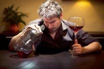 На скільки скорочується життя через вживання алкоголю: медики назвали цифри