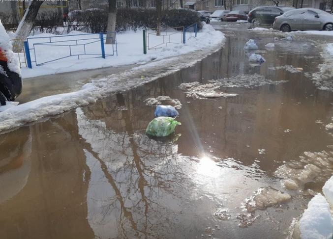 Весь микрорайон в Киеве пошел под воду: плавают авто и мусор
