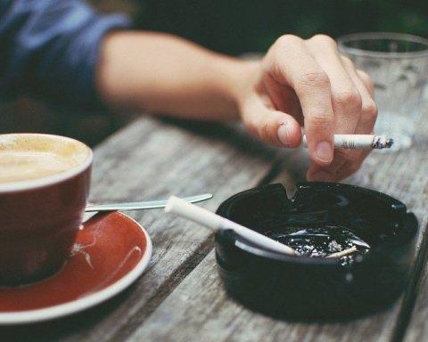 Как заядлым курильщикам выводить токсины из организма: медики пояснили