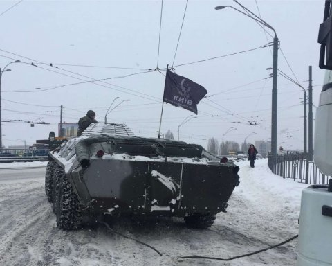 Копы в Киеве на БТРах вытягивают грузовики из снега