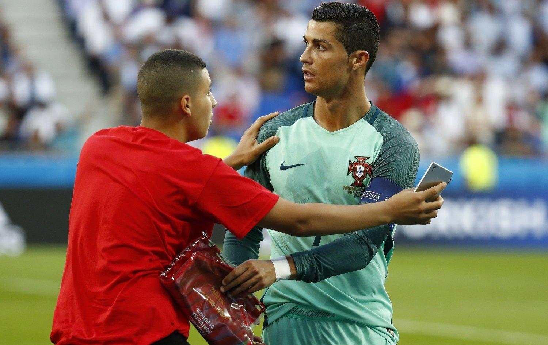 Нидерланды: Болельщик поцеловал Роналду вовремя матча Португалия