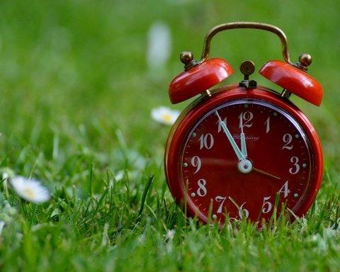 Украина переходит на летнее время: когда переводить часы и что нужно знать