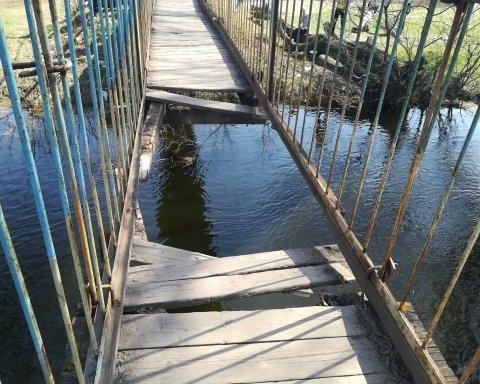 Люди упали в воду: на Львовщине обрушился мост