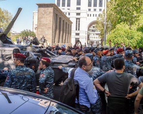 Майдан у Єревані: протестувальники вийшли на вулиці, військові стягнули техніку
