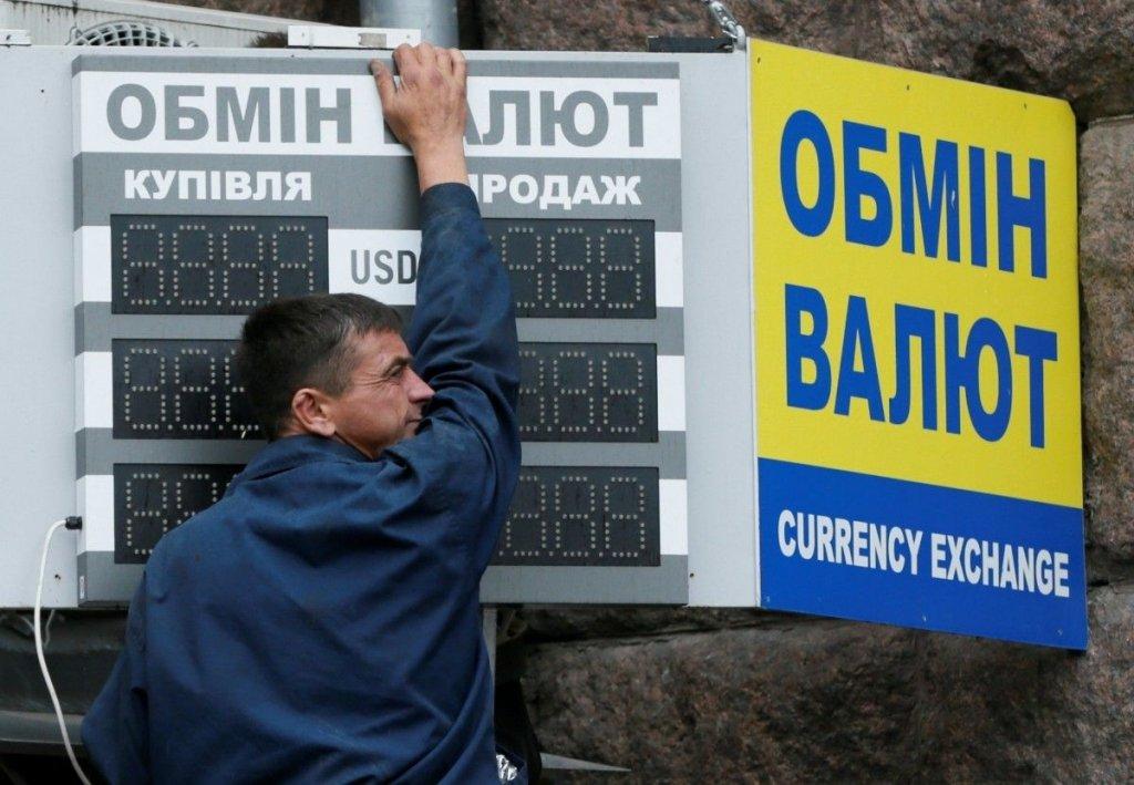 Долар продовжує дешевшати: що відбувається на ринку валют