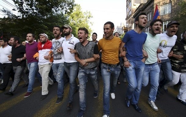 Антиправительственные протесты в Ереване переросли в беспорядки