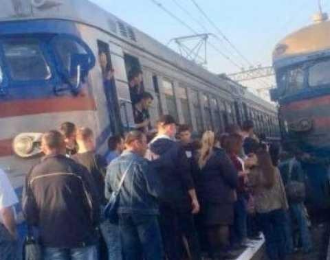 """200 пасажирів електрички поставили """"на вуха"""" все місто"""