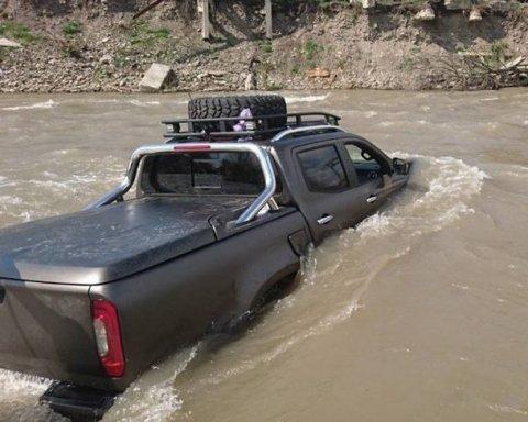 На Закарпатье автомобиль с ребенком снесло в реку