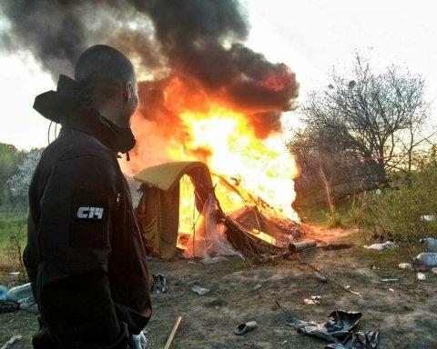 Националисты сожгли лагерь ромов в Киеве