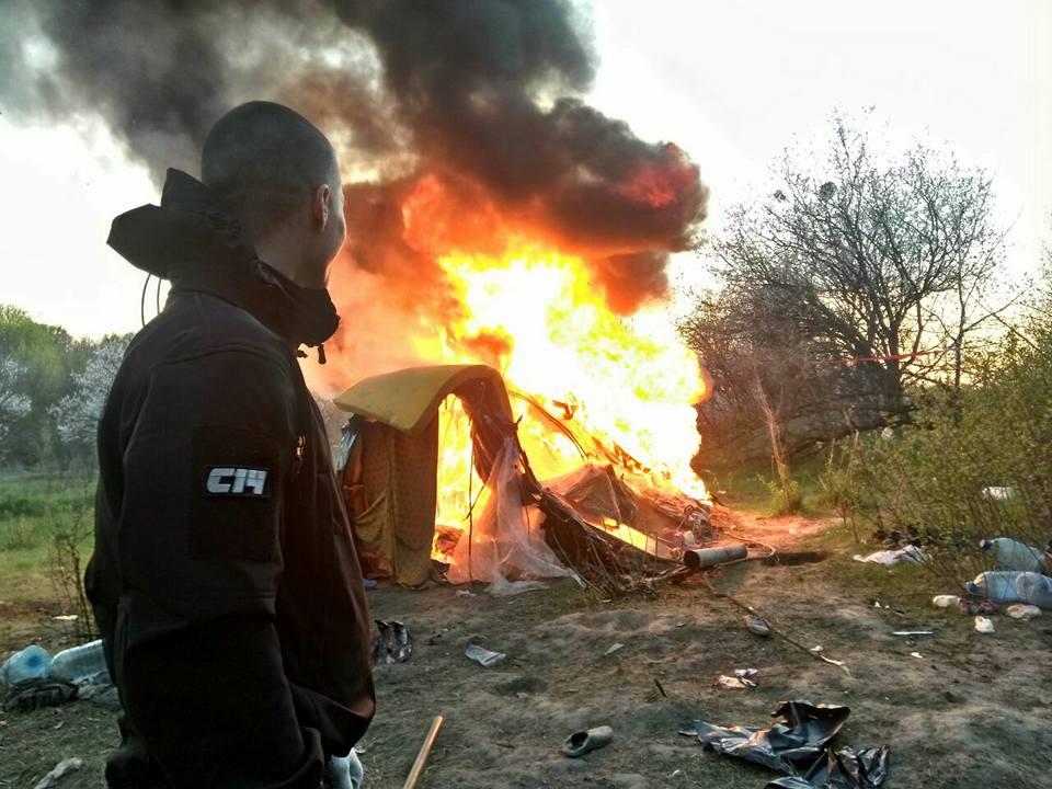 Націоналісти спалили табір ромів у Києві