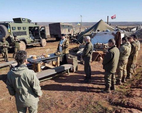 Всупереч обстрілам українські військові відзначають Великдень на передовій (ФОТО)