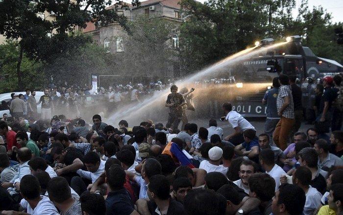 Єреванська поліція стягла спецтехніку через масові протести