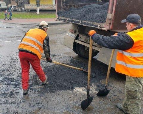 Укравтодор більше не засипатиме ями на дорогах