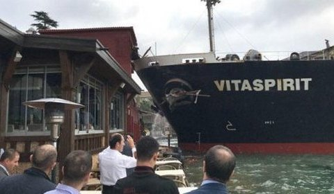 В сети опубликовано видео жуткого столкновения танкера с прибрежным особняком