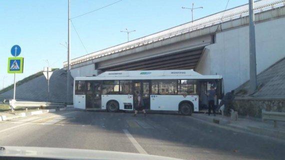 В Крыму автобус проехал 2 км без водителя и разбился
