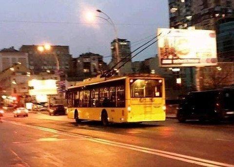 У тролейбусі під час бійки порізали чоловіка