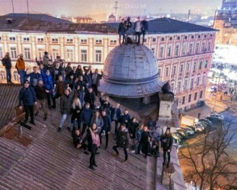 Жуткое падение: девушка в Киеве упала с крыши