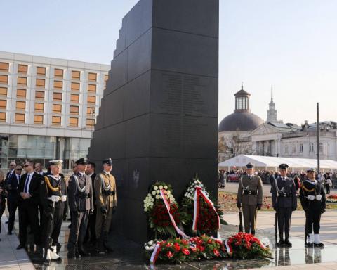 Роковини Смоленської катастрофи: у Польщі відкрили монумент і вшанували пам'ять жертв