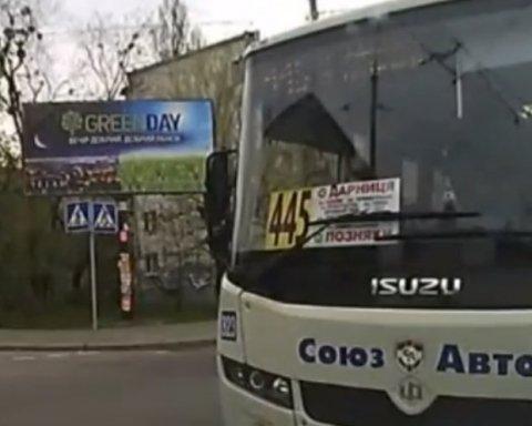 »Ехал на красный»: дерзкого водителя маршрутки уволили с работы