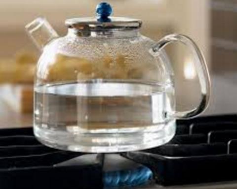 Кому и почему полезно пить горячую воду: медики объяснили