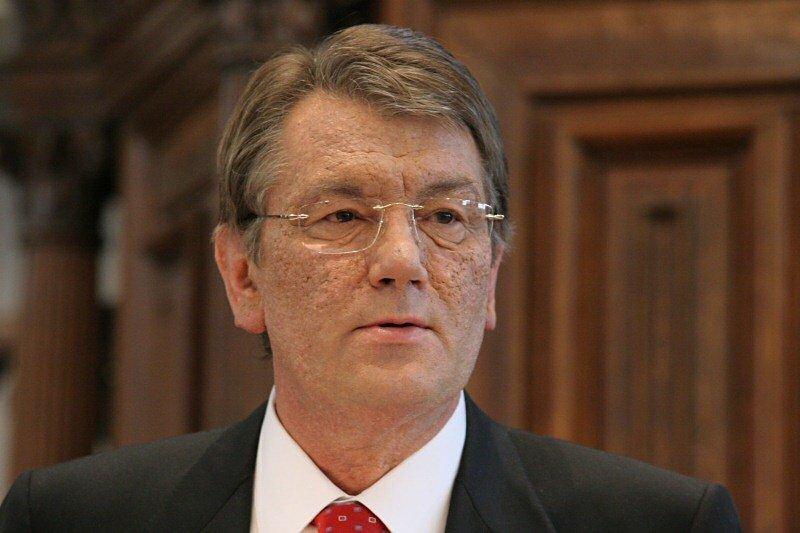 Суд відмовився арештовувати будинки, кафе і землі Ющенко