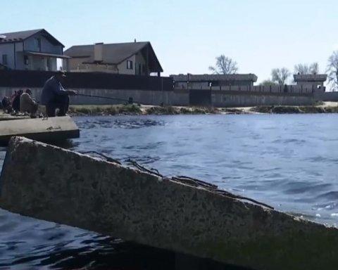 Невідомі зруйнували дамбу на Бортницькій станції аерації