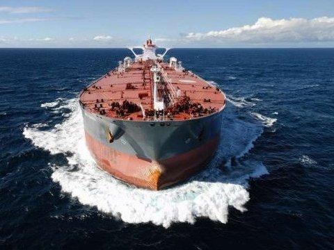 Жуткое столкновение: в Турции танкер протаранил прибрежный особняк