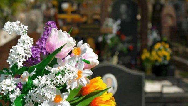 »Герои парковки» на кладбищах в поминальные дни разозлили киевлян