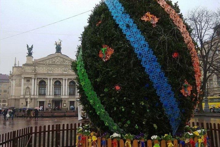 Главную писанку Украины установили в центре Львова