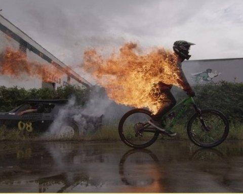 """""""Випадково заїхала у палаюче сміття"""": велосипедистка мало не померла страшною смертю"""