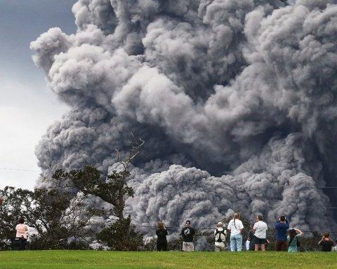 Жители Гавайев в страшной опасности: лава вулкана перекрывает путь к спасению (видео)