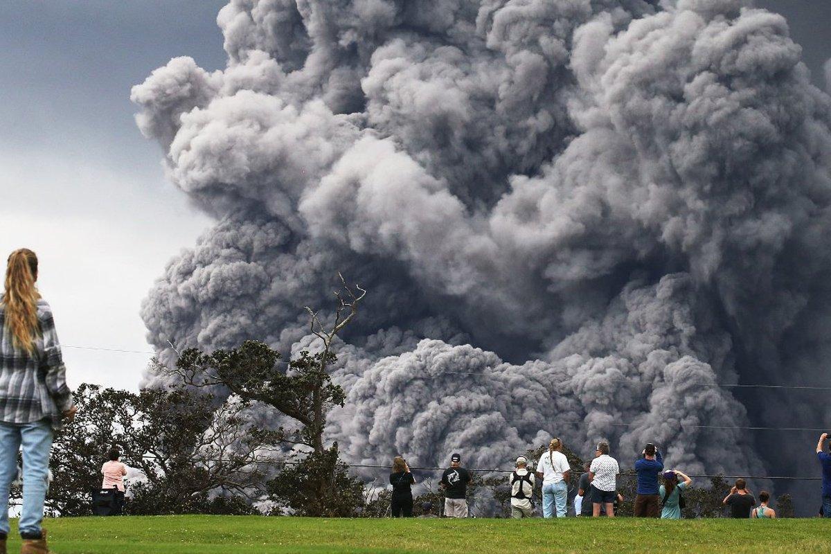 З'явилося яскраве відео виверження вулкана на Гаваях