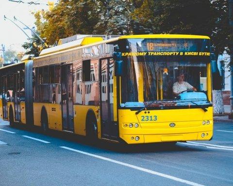 У Києві у годину пік загорівся тролейбус із пасажирами: все потрапило на фото