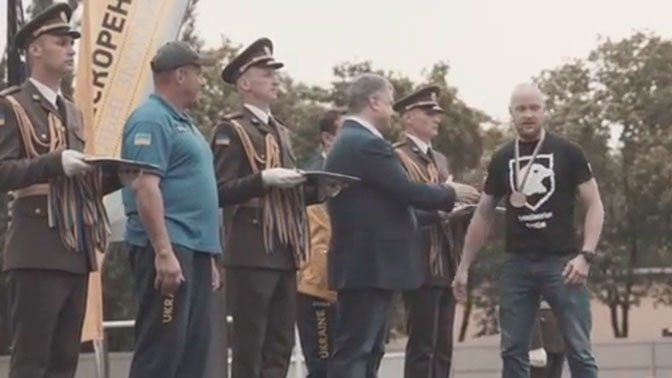 Украинцы отреагировали на отказ от рукопожатия с Порошенко бойца АТО