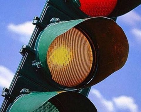 В Україні знову хочуть прибрати жовтий сигнал світлофора