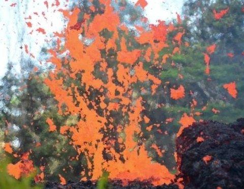 Лава из вулкана на Гавайях достигла побережья океана (видео)