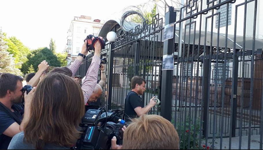 Посольство РФ в Киеве превратили в «мемориал» убитого журналиста Бабченко (фото)