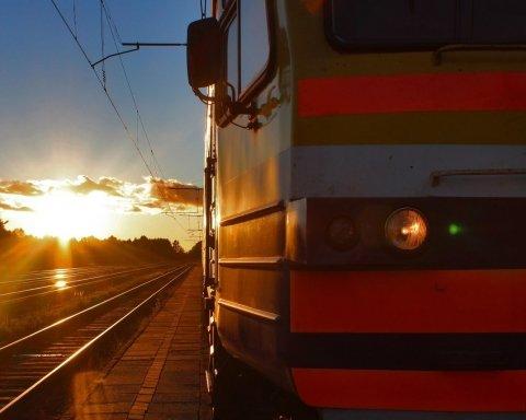 Вантажівка протаранила потяг, водій загинув