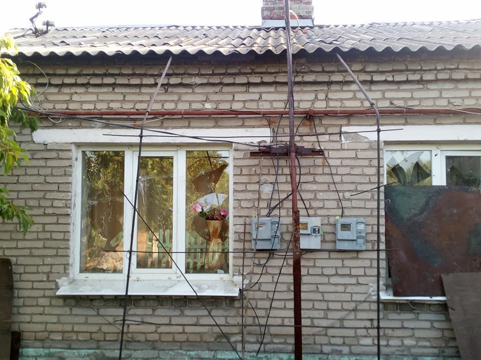Боевики ДНР обстреляли жилые районы Майорска: размещены фото последствий
