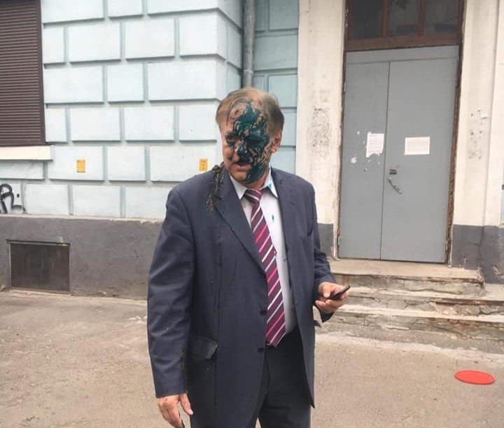 """Українські націоналісти """"пофарбували"""" главу Росспівробітництва в зелений колір"""