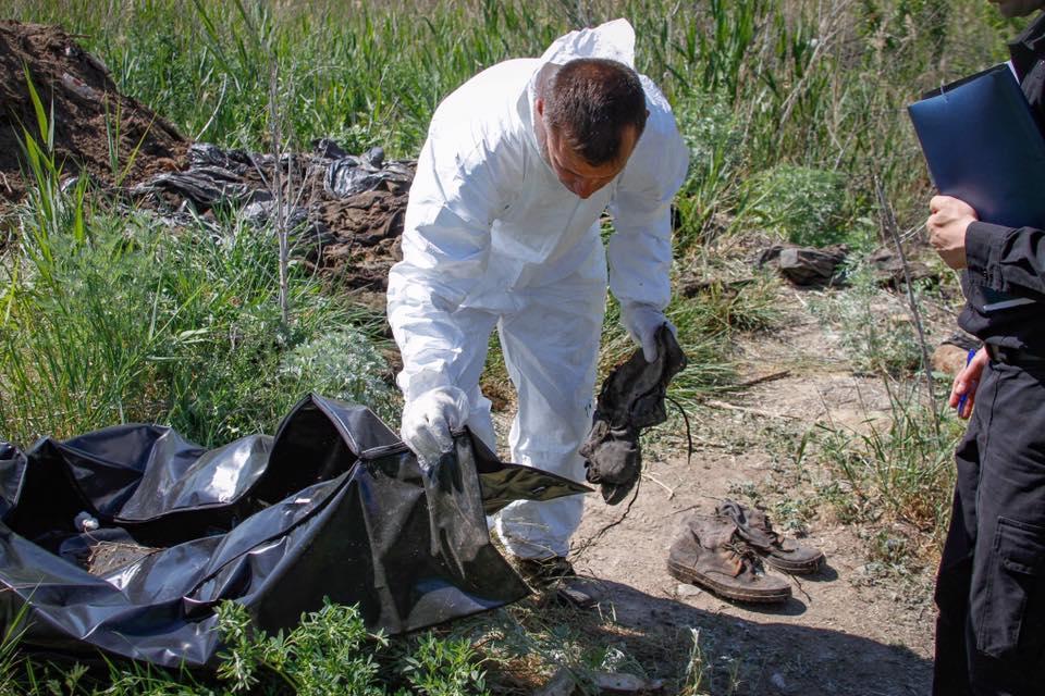 Под Днепром выкопали мешки свещами погибших под Иловайском бойцов