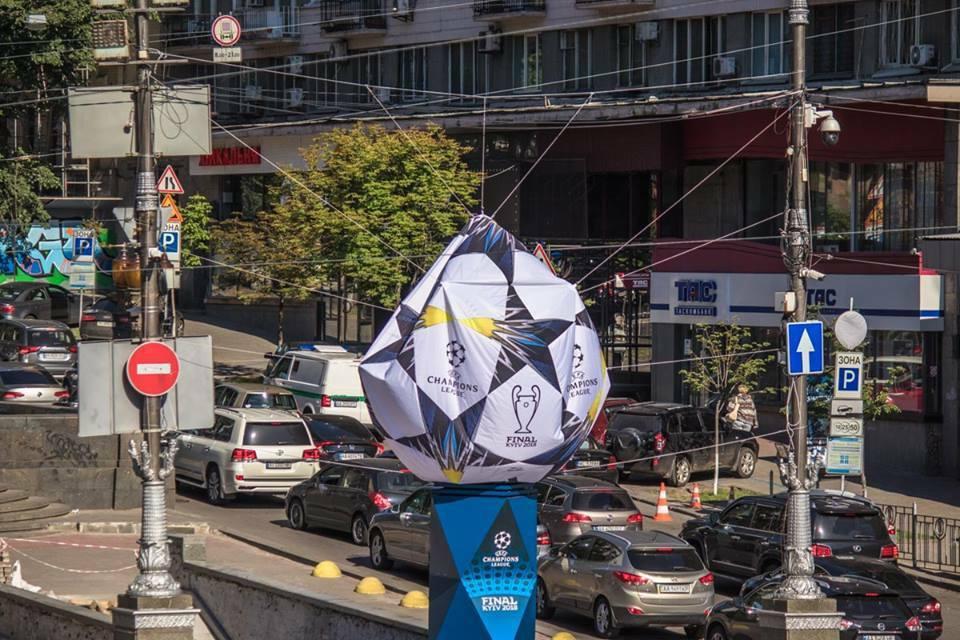 Главный символ Лиги чемпионов в Киеве не выдержал и сломался: красноречивые фото