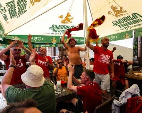 футбольные фанаты британской команды Ливерпуль в Киеве