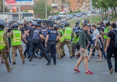 """""""Без цього не обійтися"""": фани побилися з поліцією перед фіналом КУ в Дніпрі"""