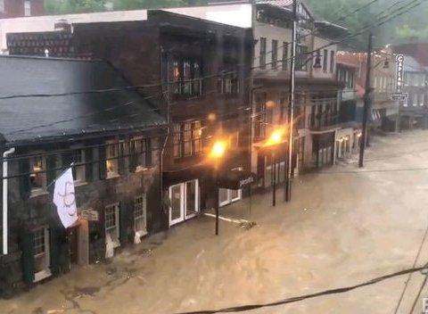 Река из грязи затопила сотни домов, в США объявили чрезвычайную ситуацию