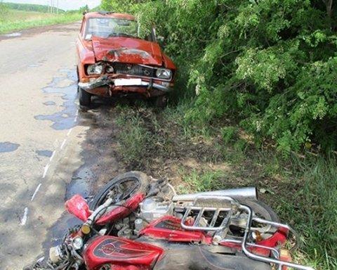 Моторошна ДТП: водій, оминаючи ями на дорозі, врізався у мопедиста