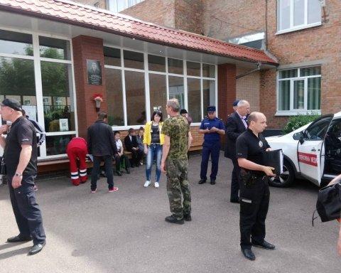 Двоє військових знепритомніли у школи в Черкасах, де отруїлися діти